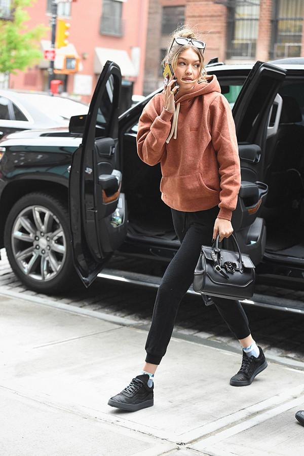 Oversized luvtröja med matchande mjukisbyxor och sneakers