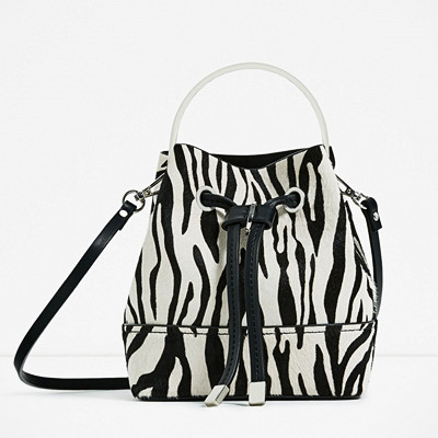 Zara skinnväska med metallhandtag