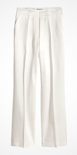 H&M vit kostymbyxa i satin