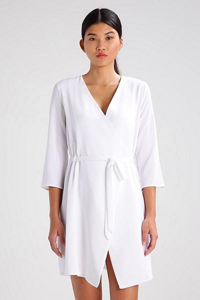 Kiomi vit långärmad klänning