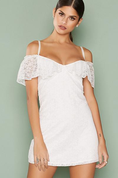 Motel vit klänning med volanger
