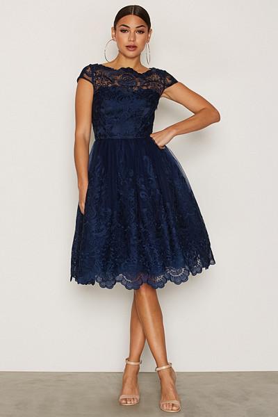 Chi Chi London marinblå spetsklänning