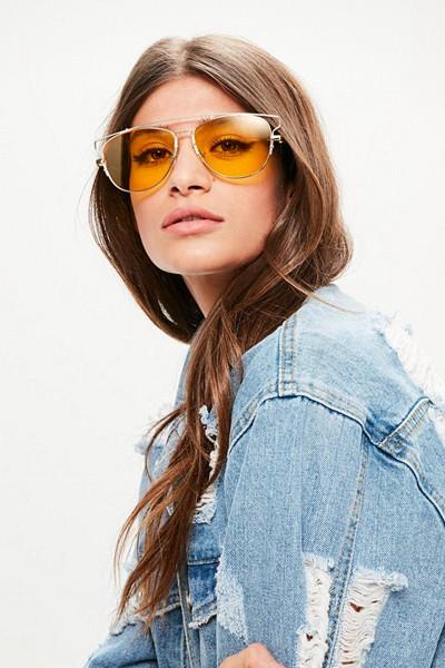 Gula solglasögon till blå denim