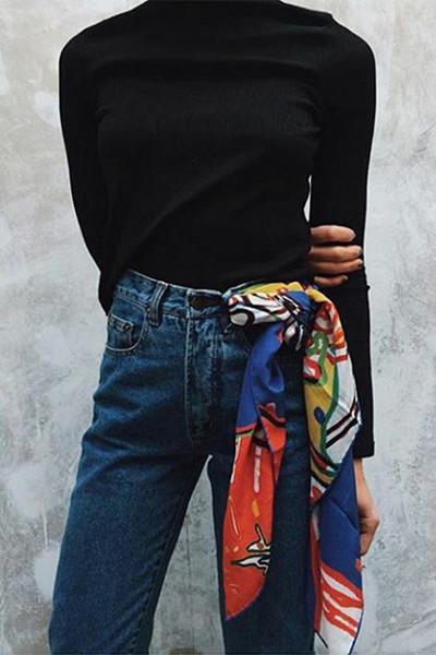 Styla scarfen; runt midjan