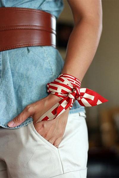 Styla scarfen; runt handleden