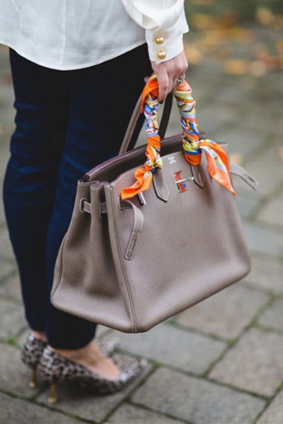 Styla scarfen; på handväskan