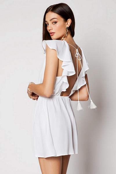Ivy Revel kort vit klänning med öppen rygg och markerad midja