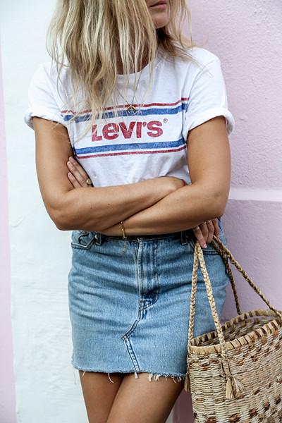 Inspirationsbild jeanskjol med T-shirt