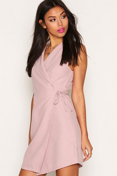 NLY Trend rosa ärmlös fodralklänning