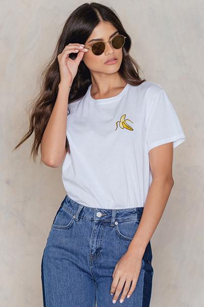 NA-KD vit t-shirt med banan-print