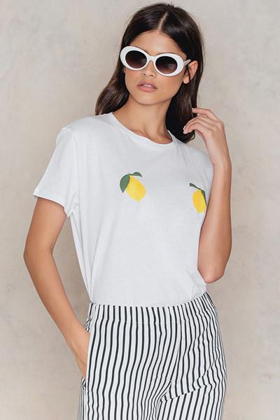 NA-KD vit t-shirt med citron-print
