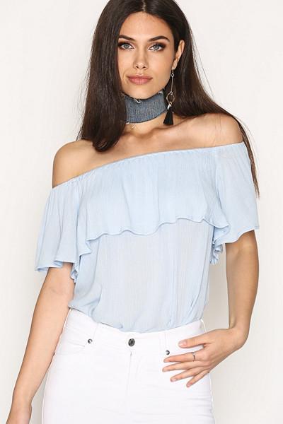 NLY Trend ljusblå off-shoulder topp med volang