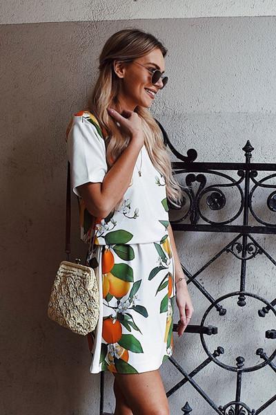 Marielle Lindahl i citron-mönstrad klänning