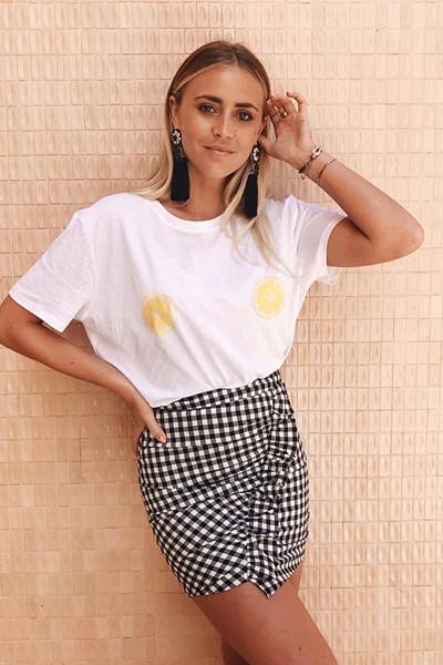 Janni Delér i T-shirt med citron-print