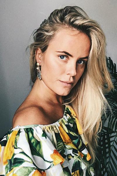 Joanna Fingal i citron-mönstrad one-shoulder topp från H&M
