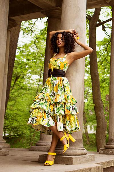 Salem Indrias i citron-mönstrad klänning från H&M