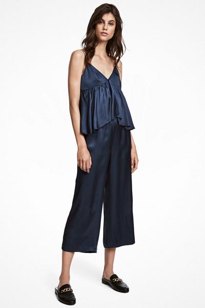 H&M mörkblå jumpsuit med volangdetalj