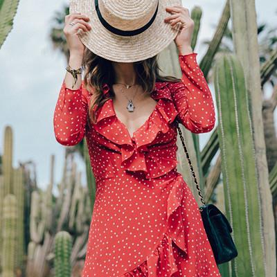 Röd prickig klänning