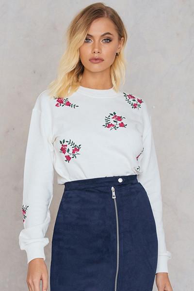 Andrea Hedenstedt x NA-KD vit tröja med blombrodyr