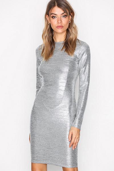 NLY Trend metallic klänning
