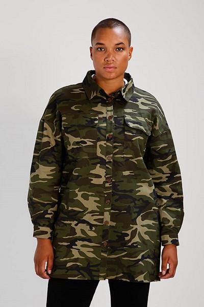 Missguided Plus kamouflagemönstrad jeansjacka