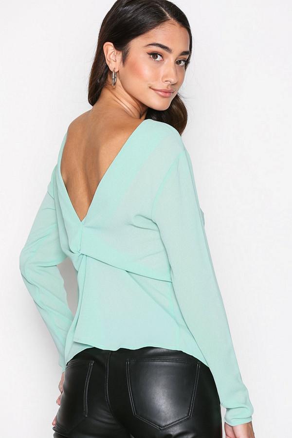 NLY Trend blus i pistage med knut i ryggen