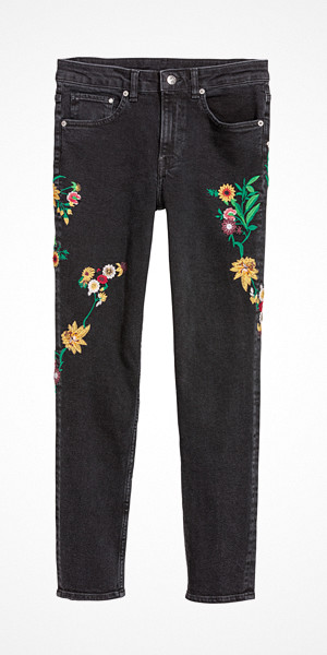 H&M svarta girlfriend jeans med broderi