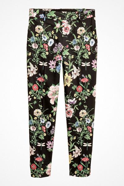 H&M svarta dressade byxor med blommönster
