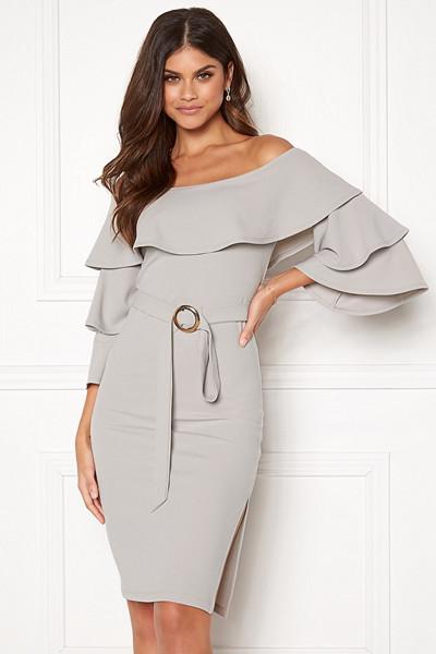 Lovisa Barkman x Bubbleroom ljusgrå klänning Portofino Ruffle Dress