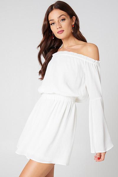 NA-KD vit off-shoulder klänning med vida ärmar