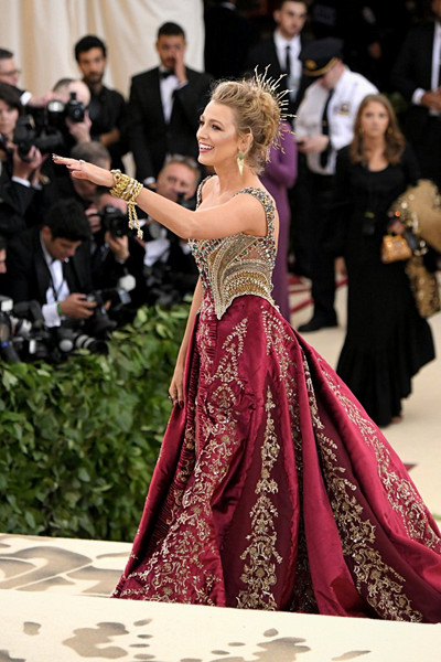Blake Lively i juvelbeströdd Versace-klänning på The Met Gala 2018