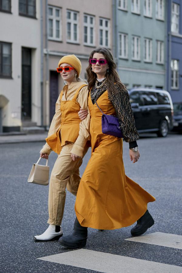 Fanny Ekstrand och Linn Eklund i brandgult med vågade detaljer i form av lila väska och rosa solglas