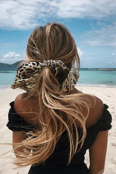 Hanna Schönberg med scarf i håret
