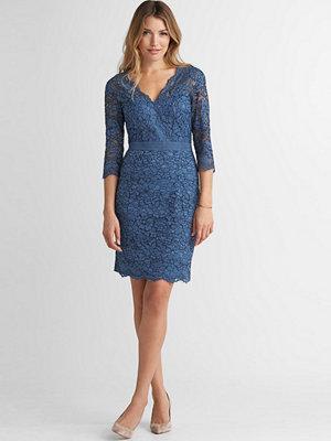 Esprit Spetsklänning med v-ringning