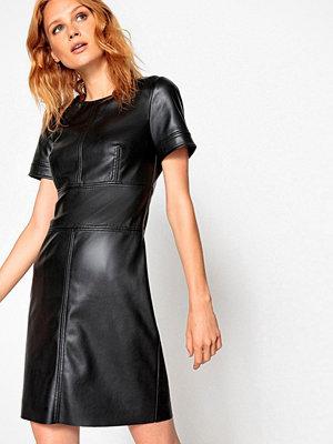La Redoute Figurnära klänning i skinnimitation