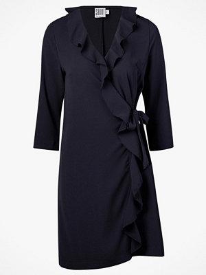 Saint Tropez Klänning Ruffle Wrap Dress 3/4 Sleeve från Sain Tropez. Öppen omlottmodell med invändig knapp och ut