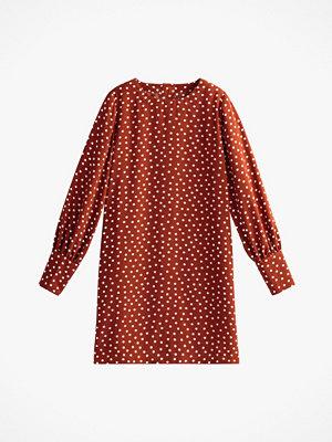 La Redoute Rak, prickig klänning i kort, vid modell
