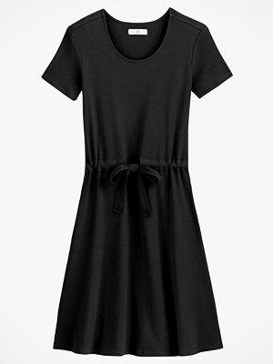 La Redoute Kort, stickad klänning med dragsko i midjan