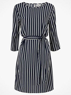 Jacqueline de Yong Klänning jdyLeaf Treats 3/4 Belt Dress