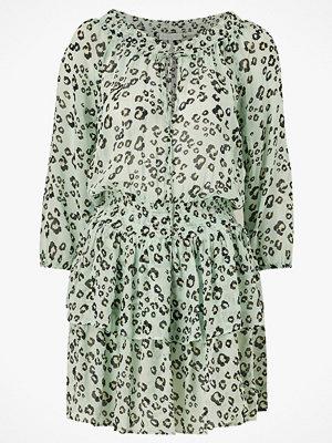 By Malina Klänning Ruby Beach Dress