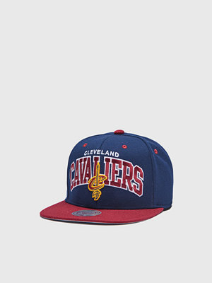 Kepsar - Mitchell & Ness Team Arch Snapback Cleveland Cavaliers Navy/Burgundy