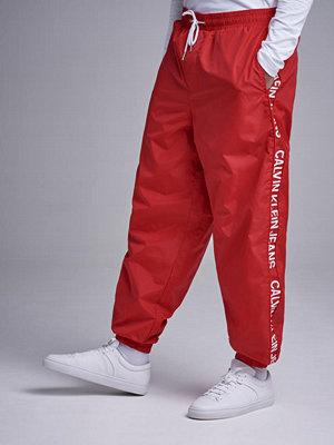 Byxor - Calvin Klein Jeans Nylon Jogger Pants 645 Racing Red