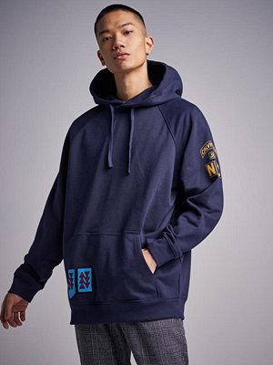 Street & luvtröjor - Calvin Klein Jeans Multi Badges Hoodie 402 Night Sky