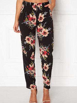 Rut & Circle svarta byxor med tryck Carina Flower Pant