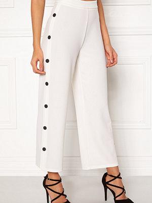 Bubbleroom vita byxor Alexa button trousers