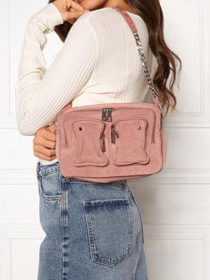 NuNoo omönstrad väska Ellie Chain Suede Bag