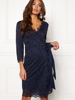 Festklänningar - Bubbleroom Carolina Gynning lace wrap dress
