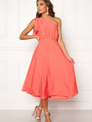 e6b11ac7a3b8 Bubbleroom Carolina Gynning drapy back gown 799 kr  Bubbleroom Carolina  Gynning One shoulder dress