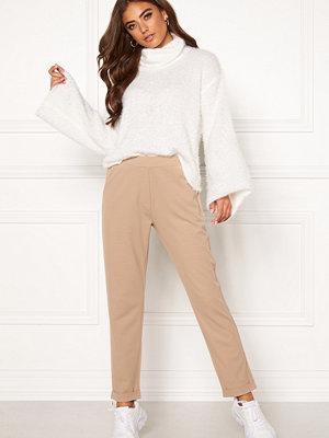 Bubbleroom beige byxor Bonita soft suit pant