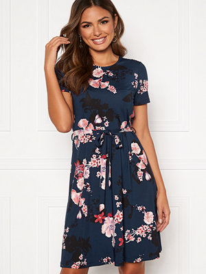 Happy Holly Tessan dress Klänningar online Modegallerian